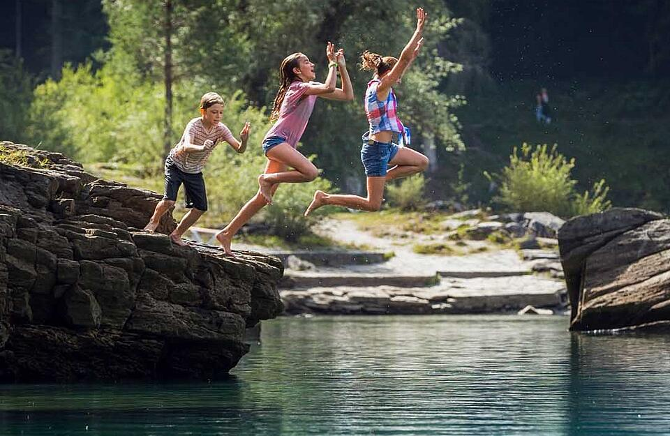 Go for a long dip in Caumasee